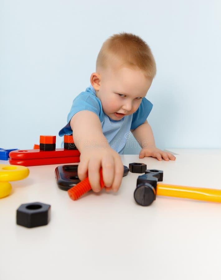 儿童建设者塑料使用的玩具 免版税库存图片