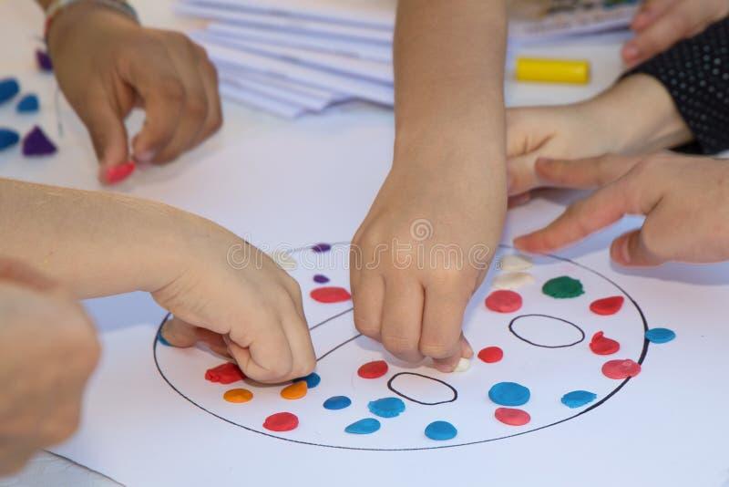 儿童彩色塑泥使用 库存图片