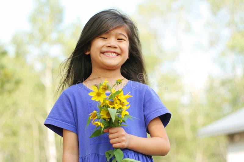 儿童微笑的向日葵 免版税库存图片