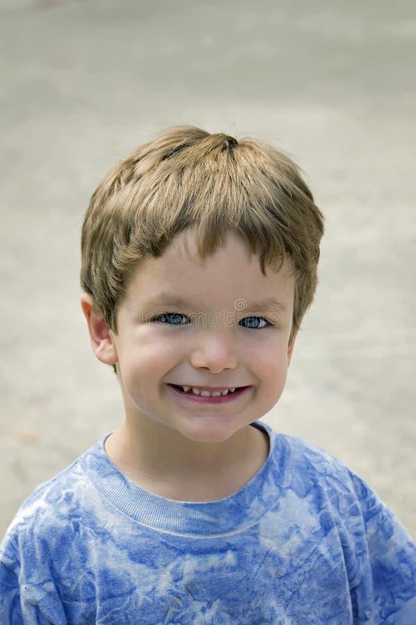 儿童微笑的年轻人 免版税库存图片