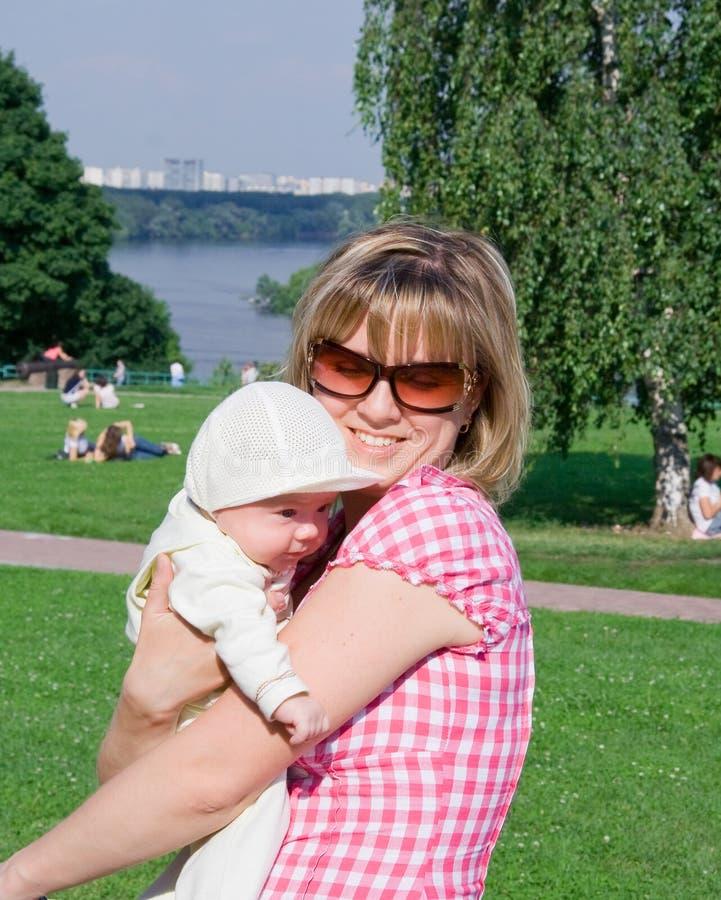 儿童愉快的妈妈 免版税图库摄影