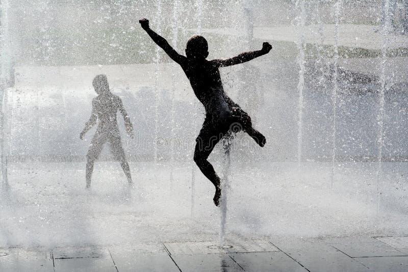 儿童愉快跳的使用 图库摄影