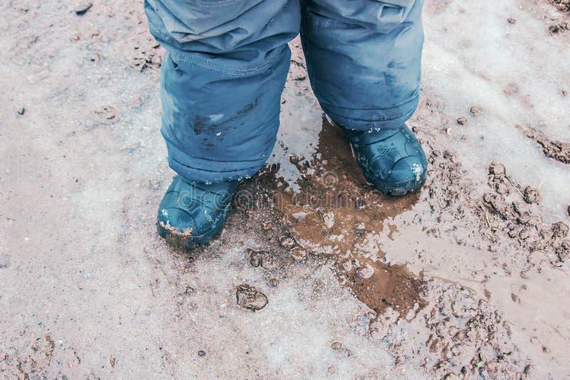 儿童户外雨靴在行动 图库摄影