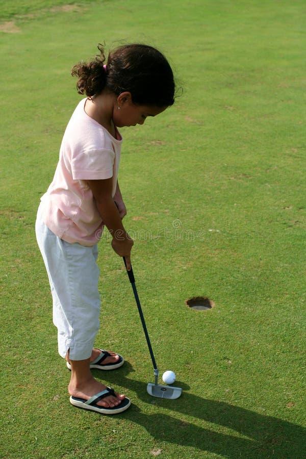 儿童打高尔夫球 库存照片