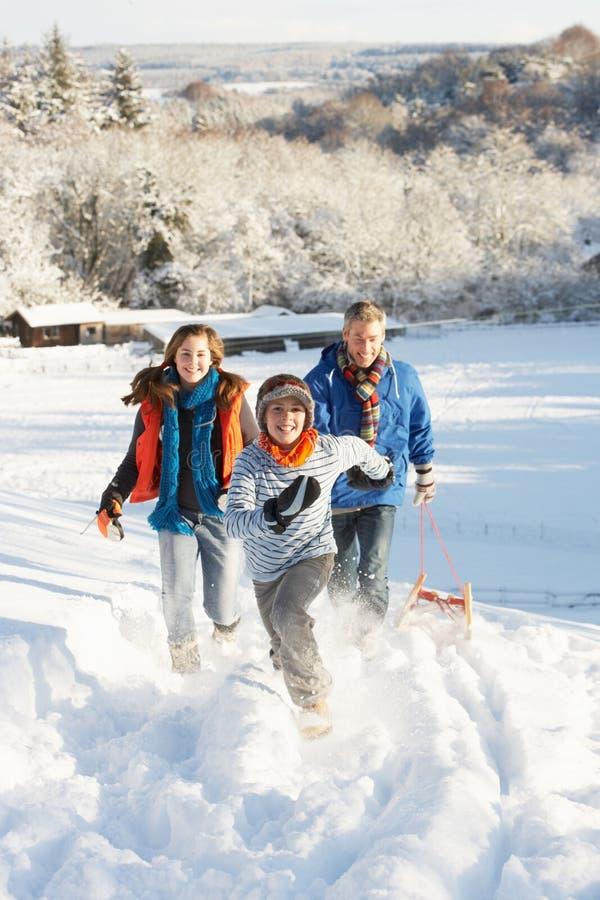 儿童拉爬犁多雪的父亲小山