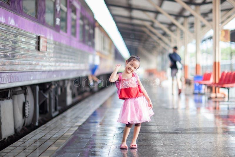 儿童旅途乘在火车站平台的火车在thailan的 库存照片