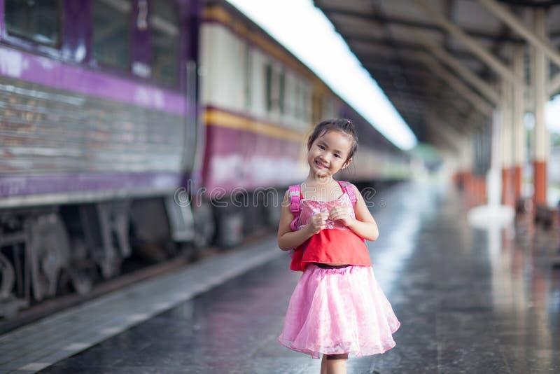 儿童旅途乘在火车站平台的火车在thailan的 免版税库存图片