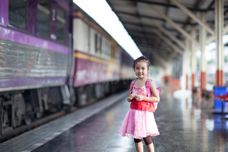 儿童旅途乘在火车站平台的火车在thailan的 免版税库存照片