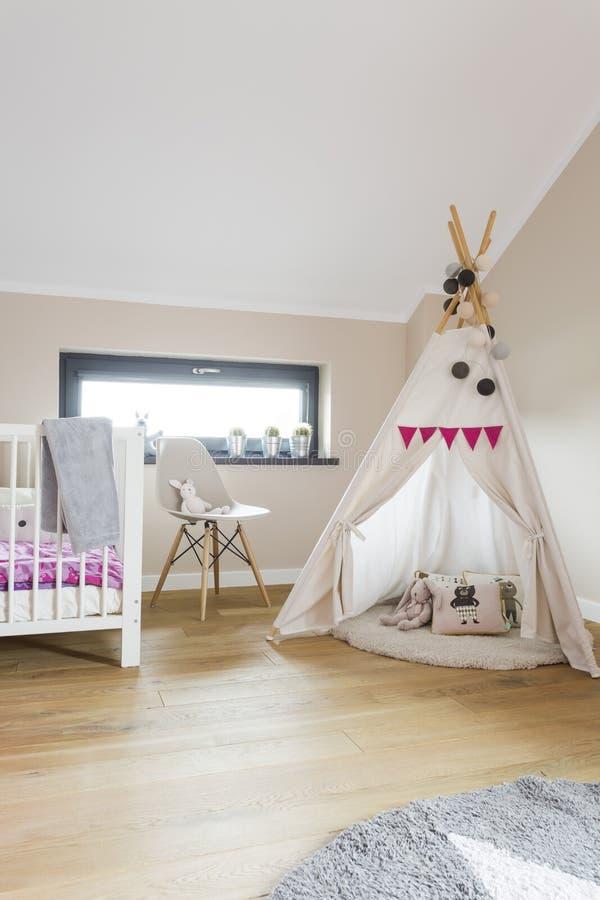 儿童有圆锥形小屋帐篷的顶楼卧室 免版税图库摄影