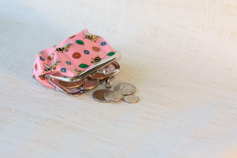 儿童有硬币的` s钱包 免版税库存图片