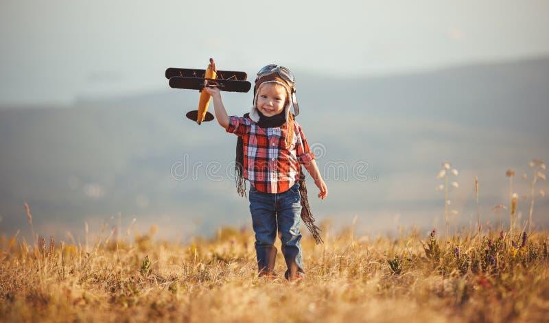 儿童有飞机梦想的飞行员飞行员旅行在夏天在日落 库存图片