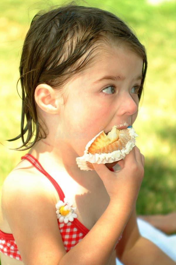 儿童杯形蛋糕吃 图库摄影