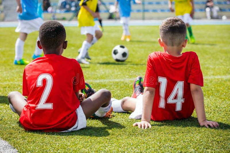 儿童橄榄球足球比赛 参加足球比赛的孩子 库存图片