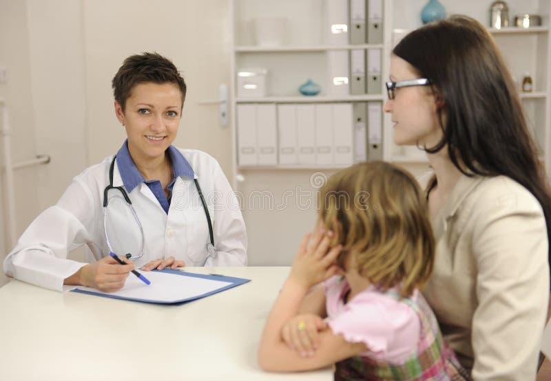 儿童母亲儿科医生联系 免版税库存图片