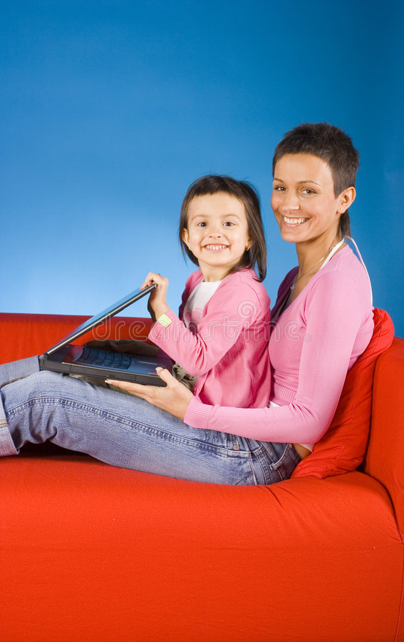 儿童母亲共同努力 库存图片