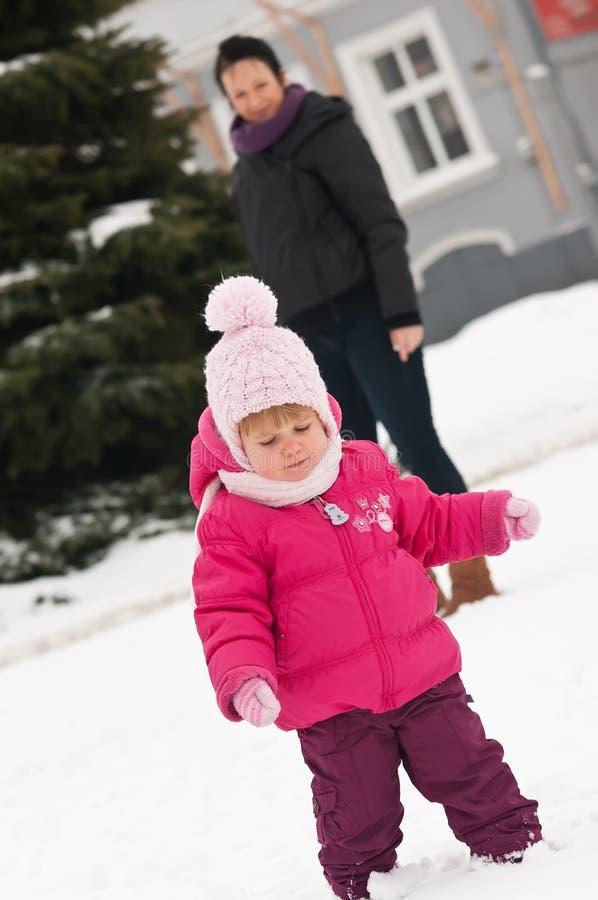 儿童母亲雪 免版税库存照片