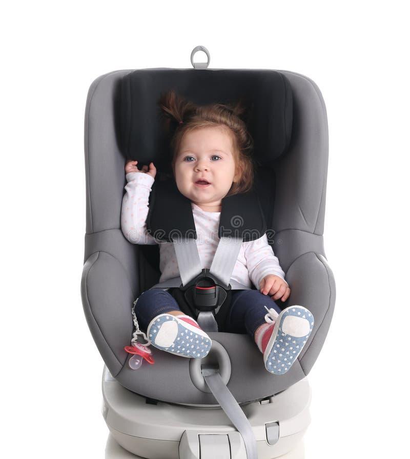 儿童汽车安全位子的可爱的女婴 免版税库存图片