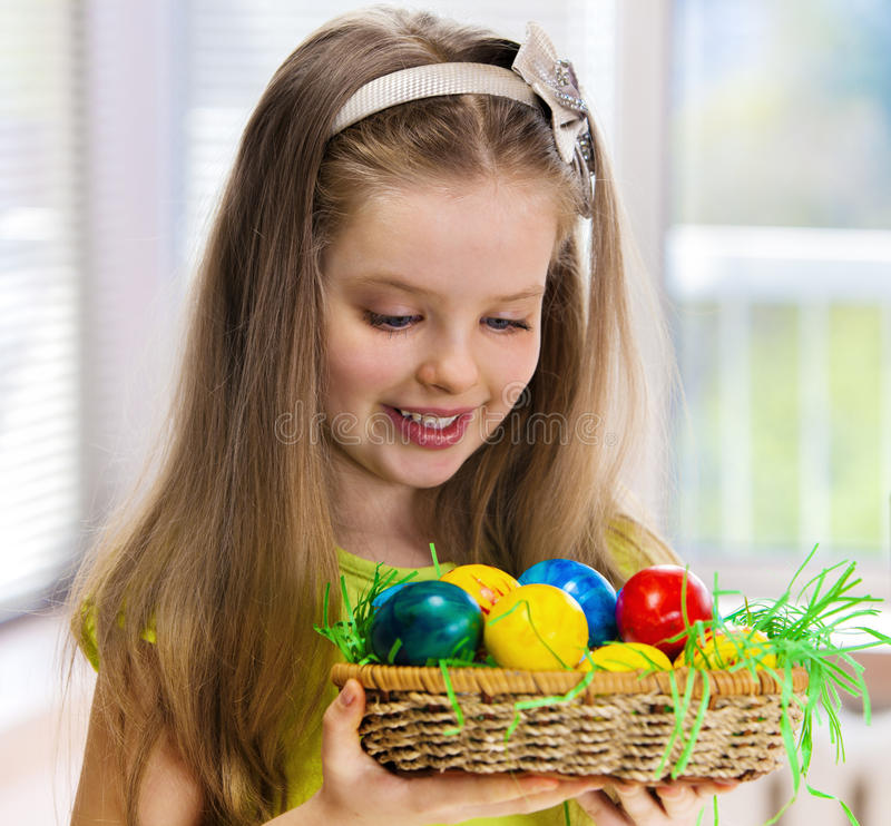 儿童油漆复活节彩蛋在家 免版税库存照片