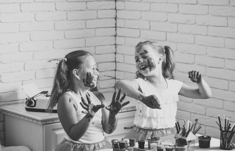 儿童游戏在家与油漆 使用的孩子学会和 免版税库存照片