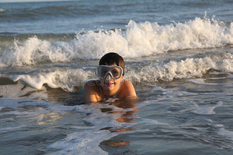 儿童游戏在戴着潜水面具的海 库存图片