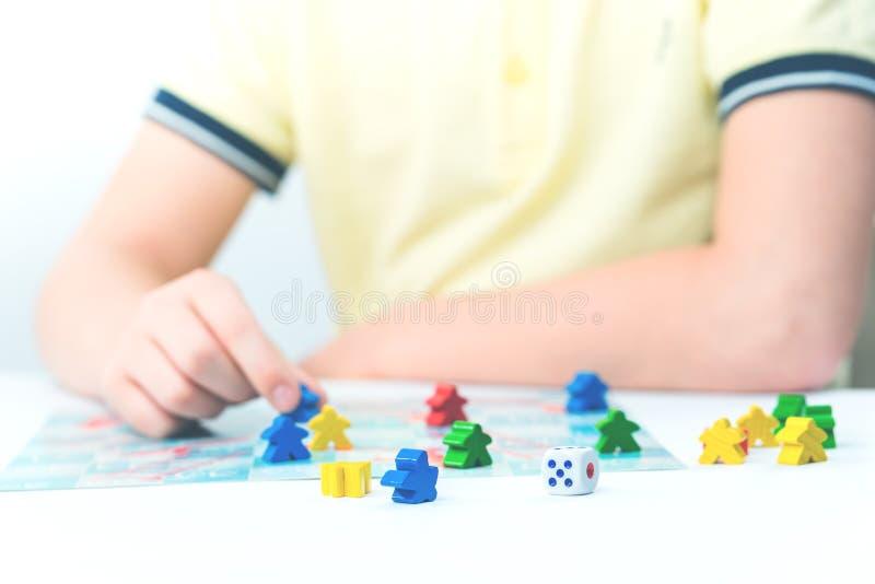 儿童游戏在桌上的棋 免版税库存照片