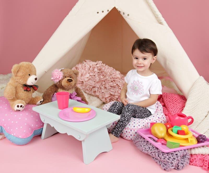 儿童游戏:假装食物、玩具和圆锥形帐蓬帐篷 库存照片