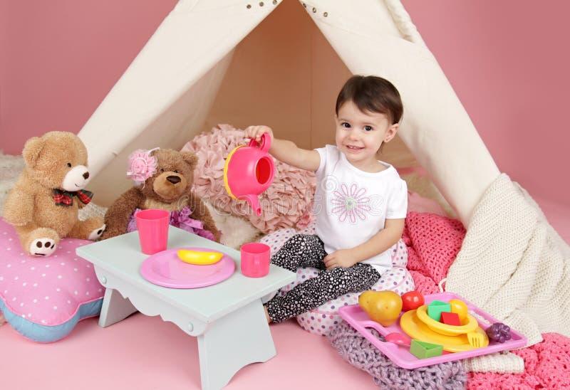 儿童游戏:假装食物、玩具和圆锥形帐蓬帐篷 免版税库存照片