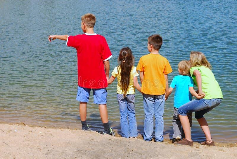 儿童湖岸 库存照片