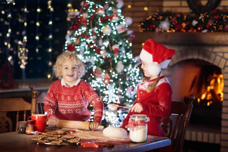 儿童烘烤圣诞节曲奇饼 孩子为Xmas烘烤 免版税库存照片