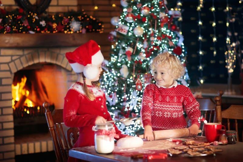 儿童烘烤圣诞节曲奇饼 孩子为Xmas烘烤 免版税库存图片