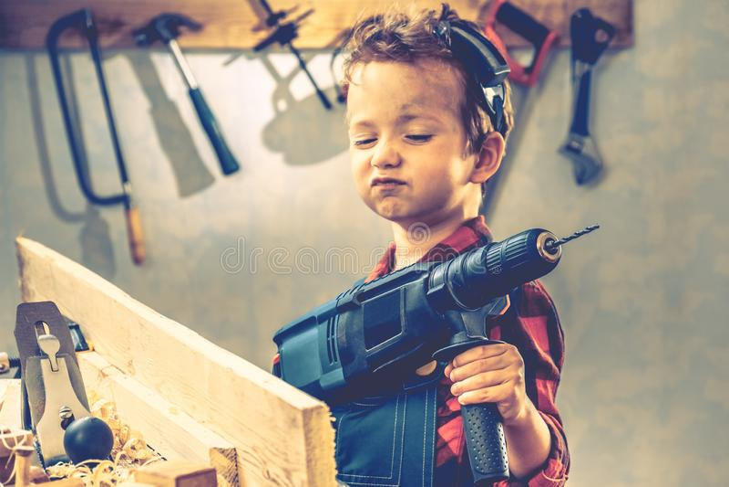 儿童父亲节概念,木匠工具,工作者 库存照片