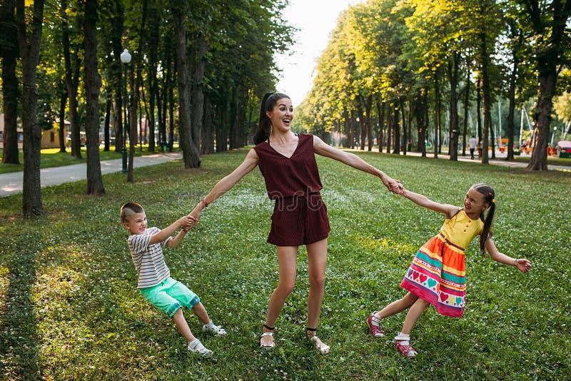 儿童父母亲爱的` s奋斗在自然 库存照片