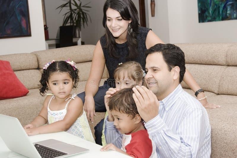 儿童爸爸享用他们的妈妈 免版税库存照片