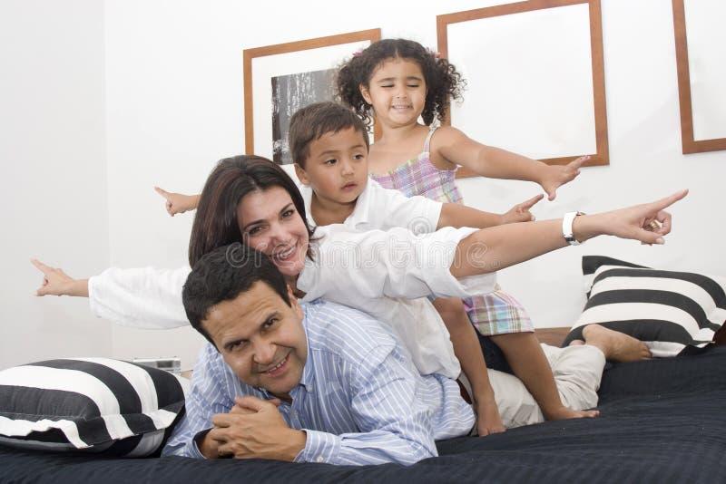 儿童爸爸妈妈他们走 免版税库存照片