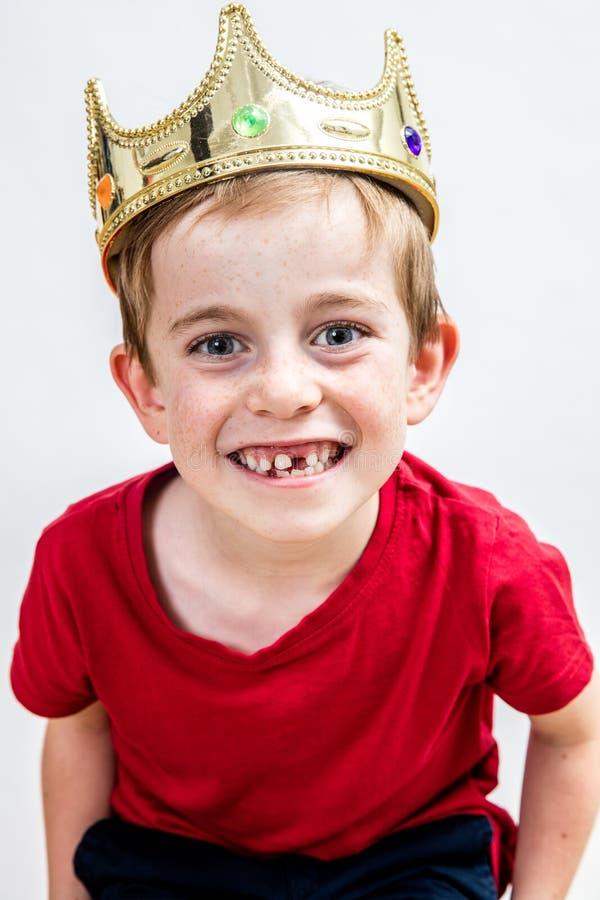 儿童牙齿保护和快乐的教育的愉快的年轻男孩 库存照片