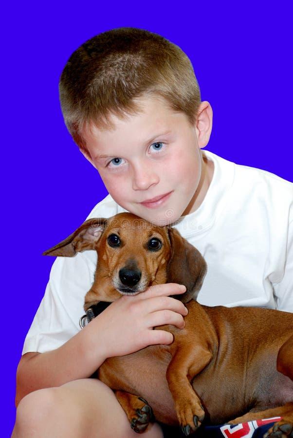 儿童狗他拥抱的宠物 免版税库存照片