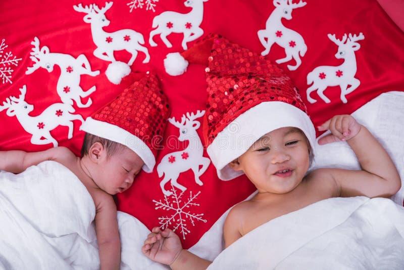 儿童男孩兄弟和姐妹女孩新生儿婴儿有圣诞老人 库存图片