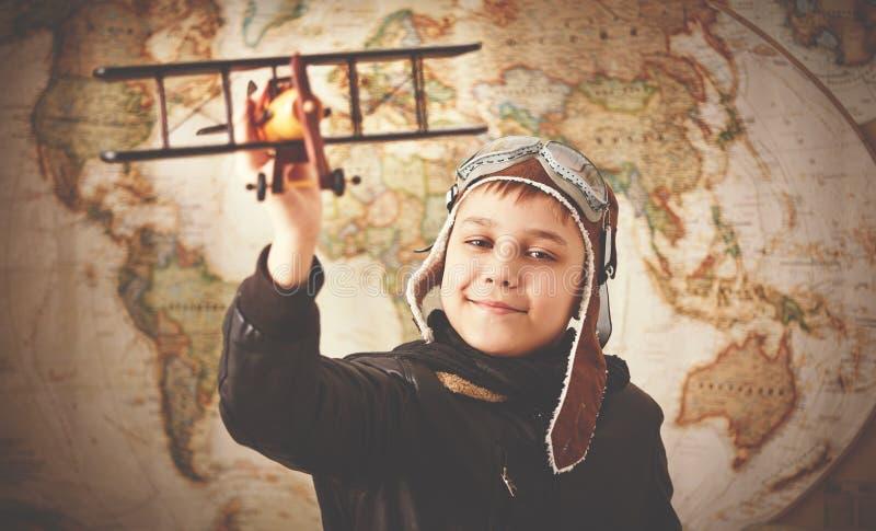 儿童男孩成为的飞行员和飞行员traveli少年梦想  库存图片