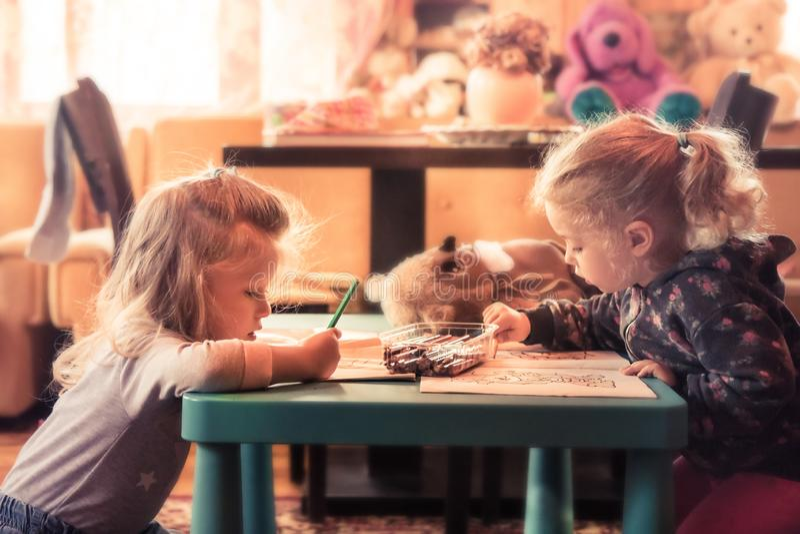 儿童画家创造性的运作的绘画一起在幼儿园概念早儿童艺术发展幼儿园 免版税库存图片