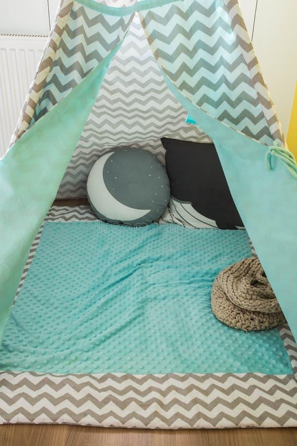 儿童的圆锥形帐蓬帐篷,孩子的戏剧帐篷,scandanavian设计 免版税库存图片