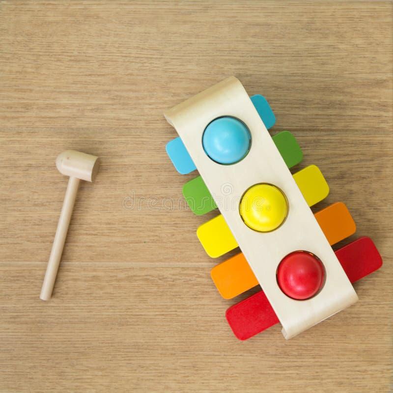 儿童的多彩多姿的木木琴在地板上说谎在锤子附近 库存照片