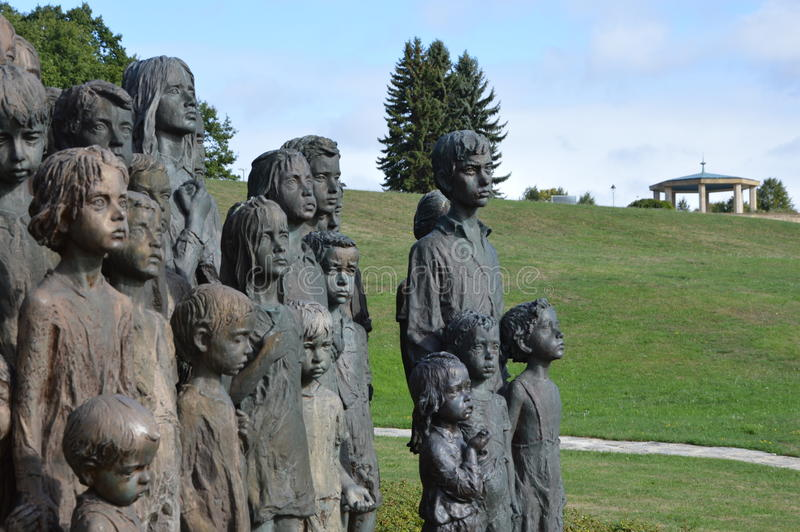 儿童的战争受害者纪念碑在被毁坏的镇利迪策 免版税库存图片
