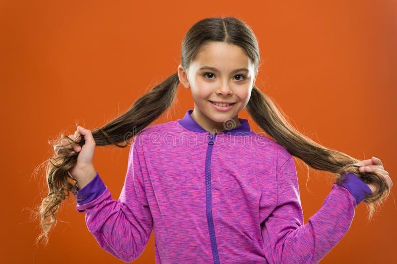 儿童的日 愉快的小孩画象  愉快女孩的头发一点长期 孩子时尚和运动服 小的女孩 免版税图库摄影