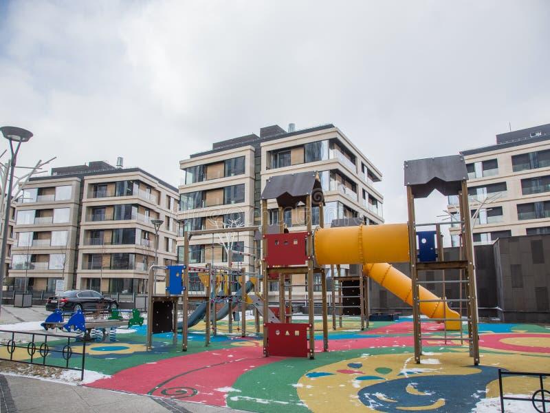 儿童的游乐场在一个住宅区的庭院里 免版税库存照片