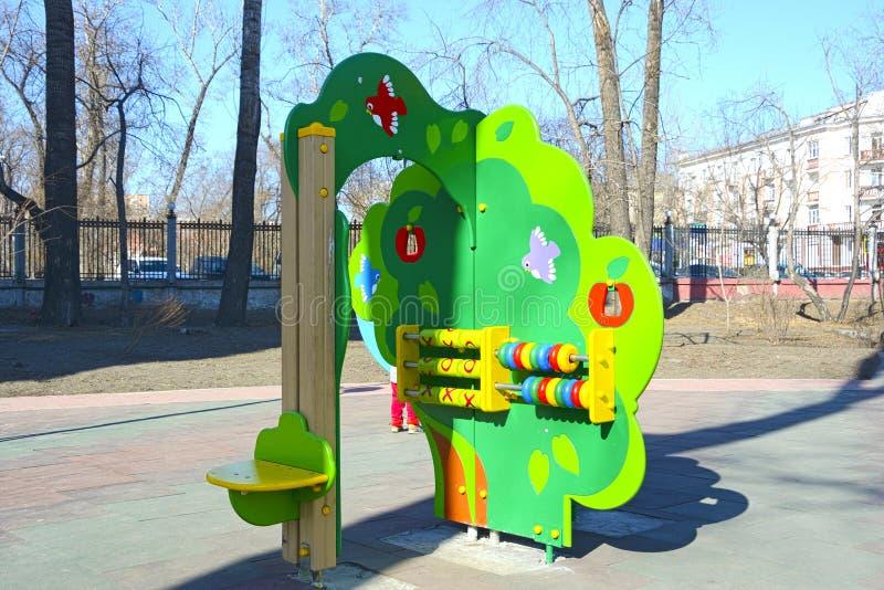 儿童的游乐场在公寓的通常庭院里 地方上的城镇 春天 俄国 库存照片