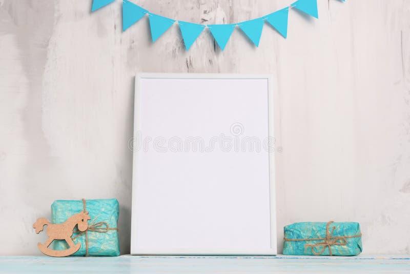 儿童的玩具,有一个白色框架的在墙壁的轻的背景的框架有儿童的标志的,设计的,布局 婴孩 免版税库存图片
