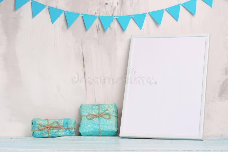 儿童的玩具,有一个白色框架的在墙壁的轻的背景的框架有儿童的标志的,设计的,布局 婴孩 图库摄影