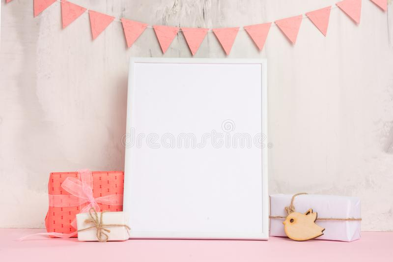 儿童的玩具,有一个白色框架的在墙壁的轻的背景的框架有儿童的标志的,设计的,布局 婴孩 库存图片