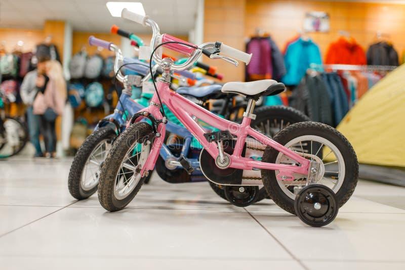 儿童的自行车行在体育的购物,没人 库存图片