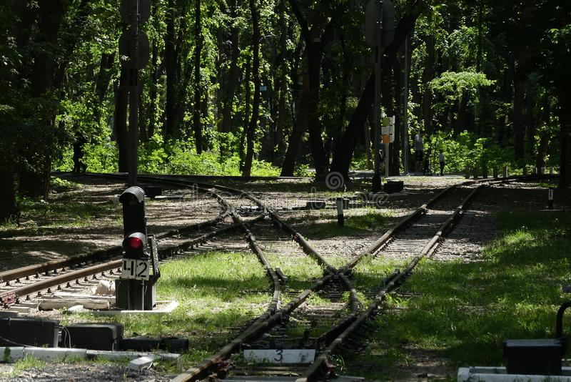 儿童的铁路路的工作者检查火车 嘘 免版税库存照片